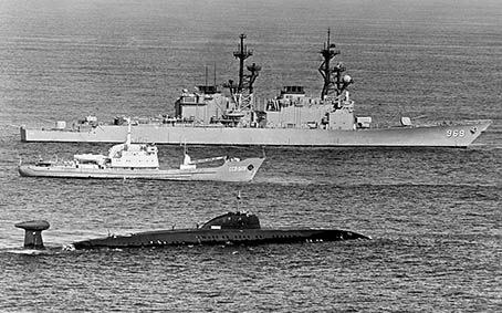 uss_peterson_dd-969_with_victor_class_sub
